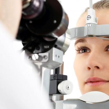 Kiedy należy wybrać operację zaćmy bez wszczepiania soczewki?